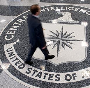Мужчина в здании ЦРУ. Архивное фото