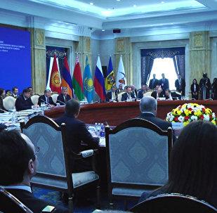 Атамбаев призвал меньше депортировать кыргызстанцев из ЕАЭС