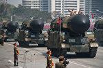 Военные транспортные средства несут ракеты во время военного парада в Пхеньяне. 15 апреля 2017