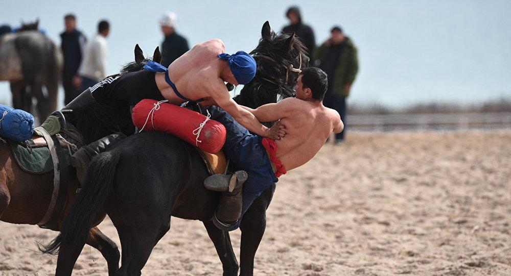 Спортсмены на соревнованиях по эр эниш на коноспортивных играх в Чолпон-Ате