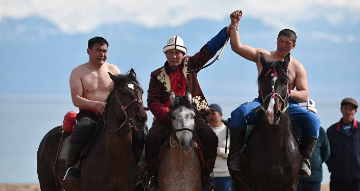 Состоялись соревнования по эр эниш (борьба верхом на лошадях) и кыргыз курош (национальная борьба). Первые места завоевали Тилек Куранов и Маратбек Алтымышов соответственно. Им тоже досталось по автомобилю