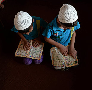 Воспитанники медресе читают Коран во время занятий. Архивное фото