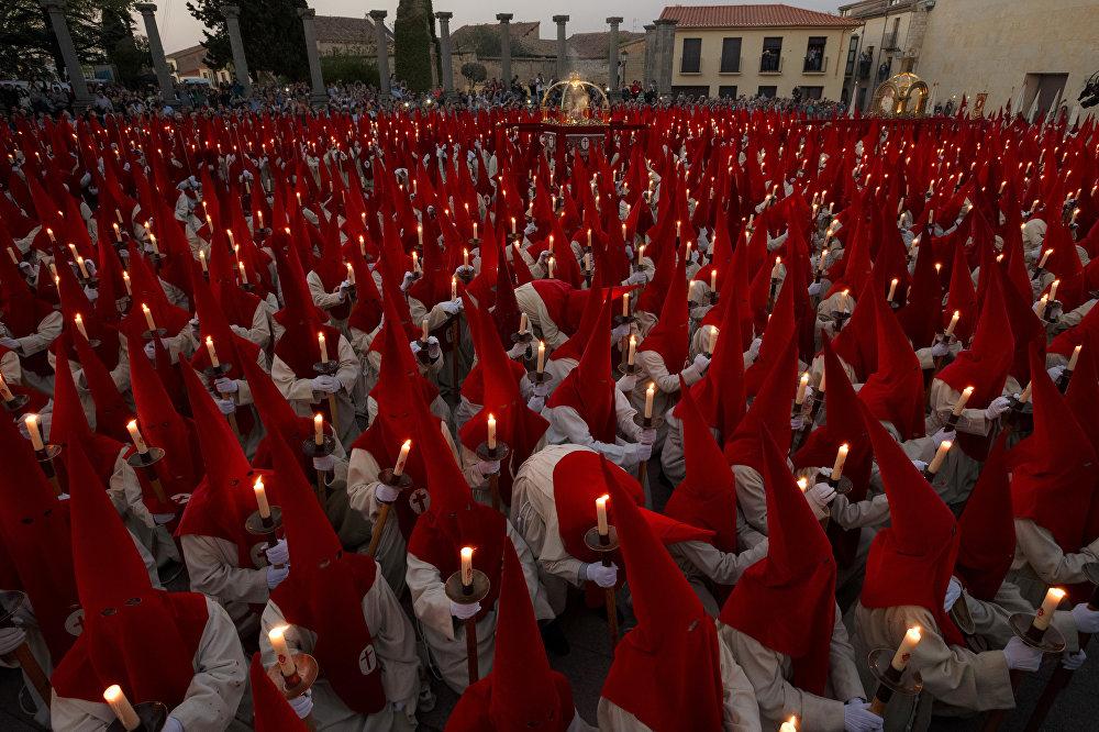 Испанияда өздөрүнүн салт-санасына ылайык католиктер жүрүшү болду