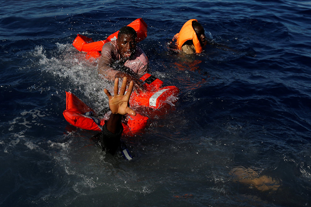 Өмүр менен өлүм кармашкан учурлар. Ливиянын жээгинде Африкадан келе жаткан кеме чөгүп кеткен. Куткаруучулар 163 кишини сактап калды