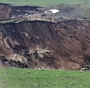 Өзгөн: 5 үйдү басып калган жер көчкүнүн сүрүлүп жаткандагы видеосу