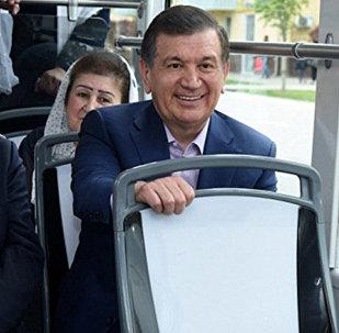 Өзбекстандын президенти Шавкат Мирзиёев Самарканд шаарындагы трамвайда