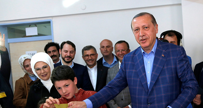 Президент Турции Тайип Эрдоган голосует на избирательном участке в Стамбуле во время референдума