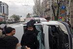 Архивное фото микроавтобуса, перевернувшегося на пересечении улиц Байтик баатыра и Горького