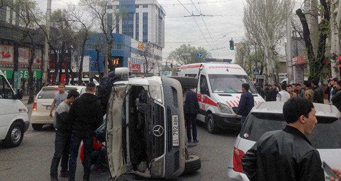 На пересечении улиц Байтик баатыра и Горького микроавтобус столкнулся с легковой машиной