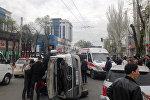 Бишкек шаарында жүргүнчү ташыган маршрутка жол кырсыгына кабылып, оодарылып калган