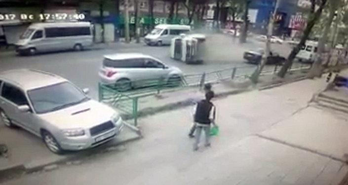 Появилось видео момента аварии с маршруткой в центре Бишкека