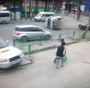 Бишкекте жеңил унаа менен кагышып, капталы менен сүрүлүп кеткен маршрутканын видеосу