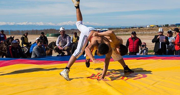 Балбандар кыргыз күрөшүндө. Архивдик сүрөт