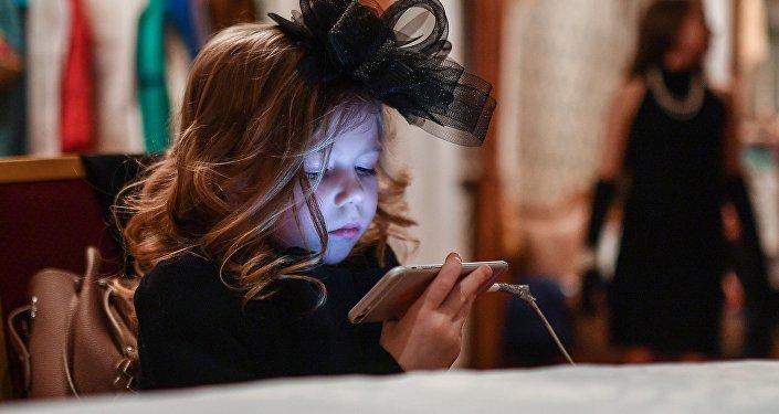 Девочка с смартфоном. Архивное фото