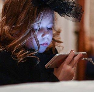 Девочка с телефоном. Архивное фото