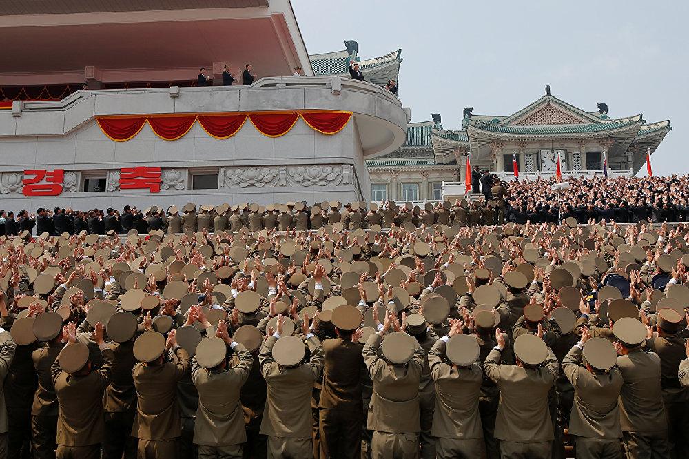 Офицерлер Түндүк Кореянын негиздөөчүсү Ким Ир Сендин 105 жылдык салтанаты учурунда азыркы башчы Ким Чен Ын менен учурашып жатат