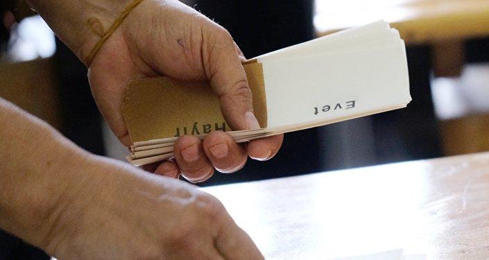 Подсчет голосов референдума в здании одной из школ в Анкаре