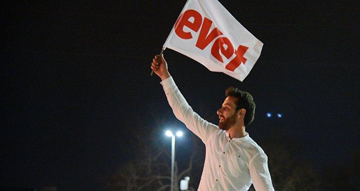 Сторонники президента Турции Реджепа Тайипа Эрдогана радуются победе на конституционном референдуме в Турции