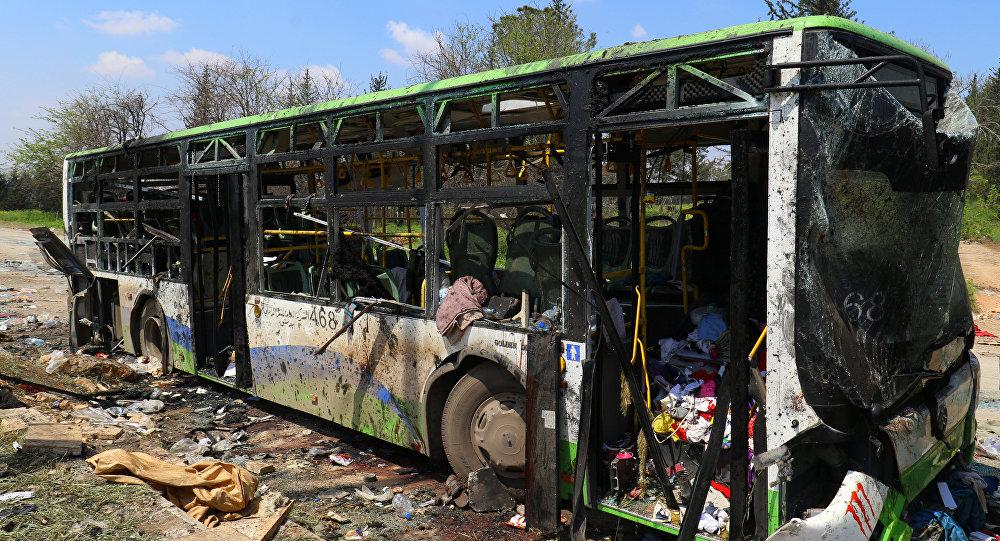 Поврежденный автобус после взрыва в провинции Аль-Рашидин, провинция Алеппо, Сирия. Архивное фото
