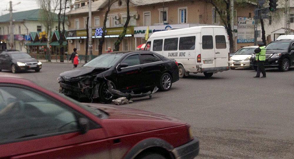 Столкновение микроавтобуса с легковой машиной на улице Байтик баатыра в Бишкеке. Архивное фото
