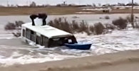 Вода вытолкнула автобус с детьми с трассы в Казахстане