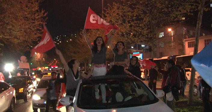 Тысячи сторонников президента Турции Тайипа Эрдогана вышли на улицы Стамбула, чтобы отпраздновать предварительные итоги конституционного референдума о переходе от парламентской формы правления к президентской.