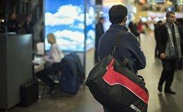 Мужчина в аэропорту. Архивное фото