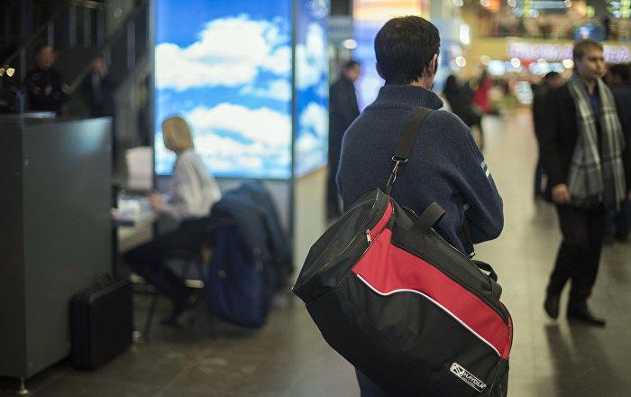 Пассажир в международном аэропорту. Архивное фото