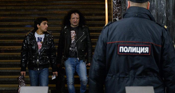 Сотрудники полиции и пассажиры на станции Московского метрополитена. Архивное фото