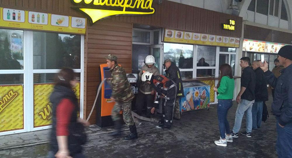 Сотрудники пожарной службы у кафе на центральной площади Ала-Тоо, где произошло задымление кухни