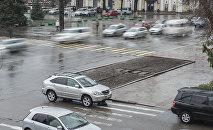 Автомобили на проспекте Чуй во время дождя. Архивное фото