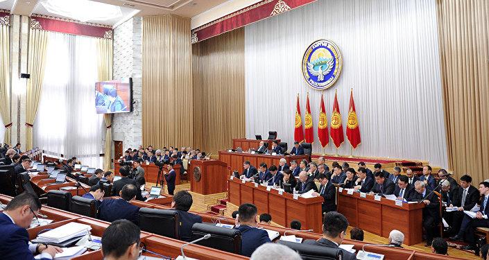 Премьер проинформировал депутатов фракций СДПК, Кыргызстан и Бир Бол, входящих в коалицию парламентского большинства, об экономической ситуации в стране, о мерах по поддержке сельского хозяйства и других аспектах работы государственных органов