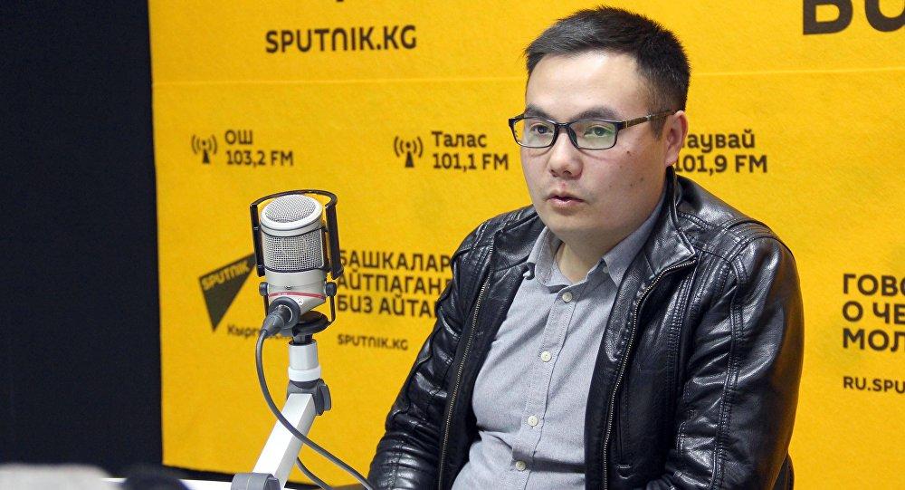Журналист, ведущий передачи ТВ Кайгуул Азият Жекшеев во время интервью Sputnik Кыргызстан
