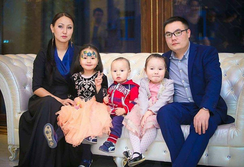 Журналист, телеведущий Азият Жекшеев с супругой и детьми