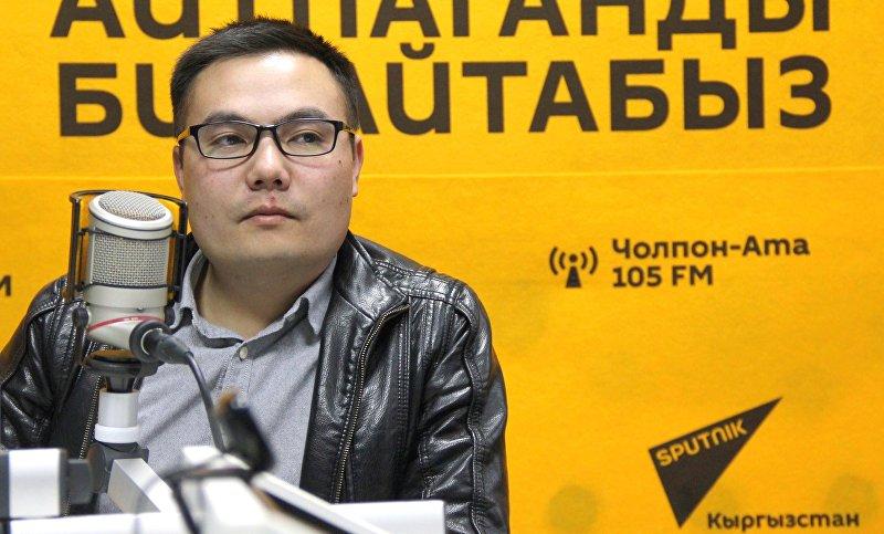 Журналист, ведущий передачи ТВ Кайгуул на телеканале НТС Азият Жекшеев во время интервью Sputnik Кыргызстан