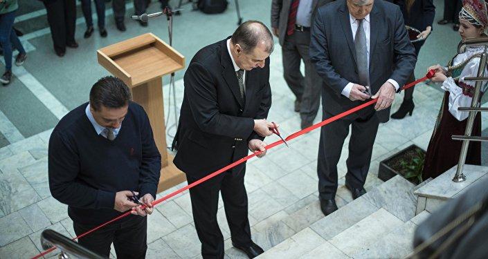 На открытии присутствовал посол России в Кыргызстане Андрей Крутько, который отметил, что у главы России Владимира Путина уникальная память.