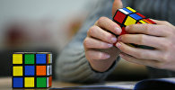Парень собирает кубик Рубика. Архивное фото