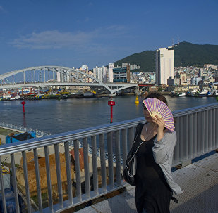Девушка на одой из улиц в Южной Кореи. Арихвное фото