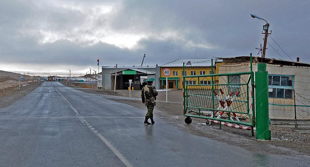 Кыргыз-кытай чек арасындагы Торугарт өткөрүү пункту. Архив