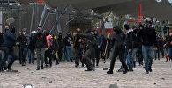 Демонстранты забрасывали камнями полицейских на акции против Ле Пен в Париже