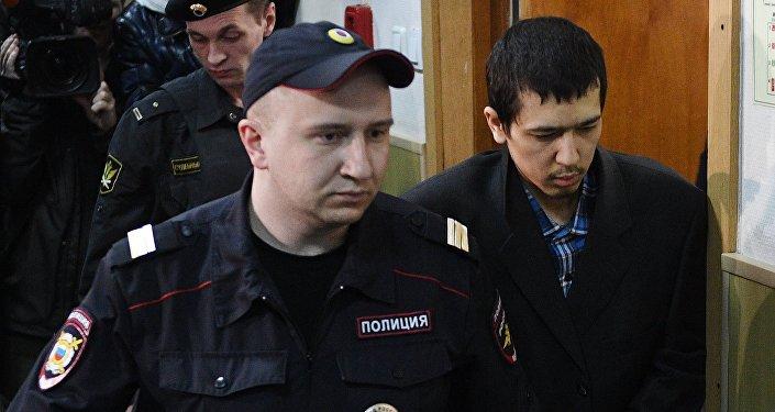 Предполагаемый организатор теракта в метро Петербурга Аброр Азимов (справа) перед заседанием в Басманном суде Москвы