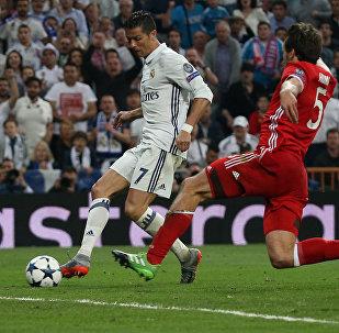 Футболист ФК Реал Мадрид Криштиану Роналду забивает третий гол в ворота Баварии в стадионе Сантьяго Бернабеу в Мадриде. Четвертьфинал Лиги чемпионов УЕФА