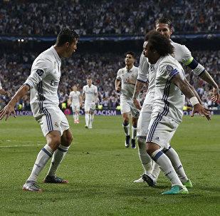 Нападающий ФК Реал Мадрид Криштиану Роналду празднует с футболистом Марсело, забив свой третий гол во время четвертьфинального матча Лиги чемпионов УЕФА между Реал Мадридом и Баварией Мюнхен в Сантьяго Бернабеу в Мадриде