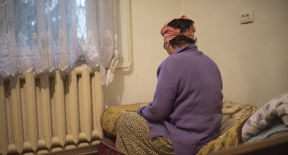 Женщина сидит в кровати. Архивное фото