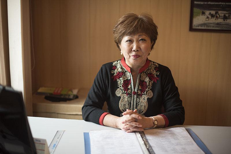 Координатор шелтера кризисного центра Сезим Виктория Тян в рабочем кабинете