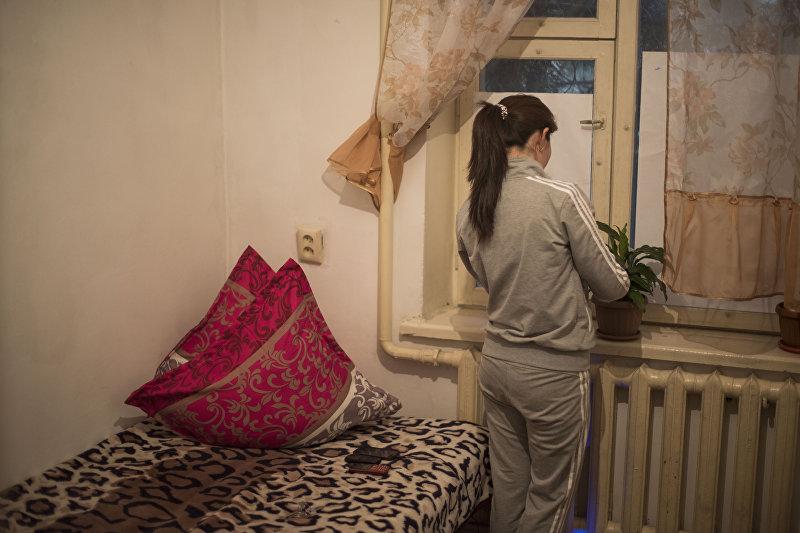 Обитательница кризисного центра Сезим в комнате