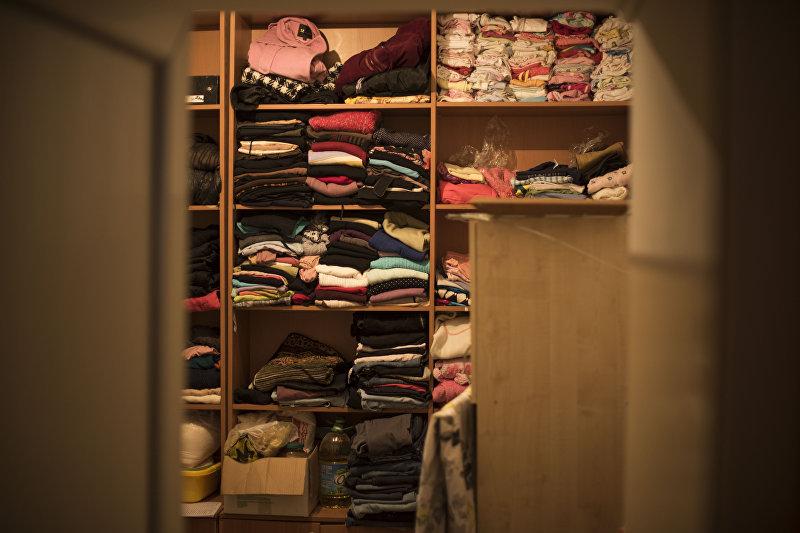 Одежды обитательниц кризисного центра Сезим в комнате отдыха