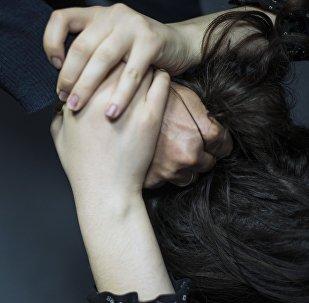 Мужчина схватил за волосы девушки. Архивное фото