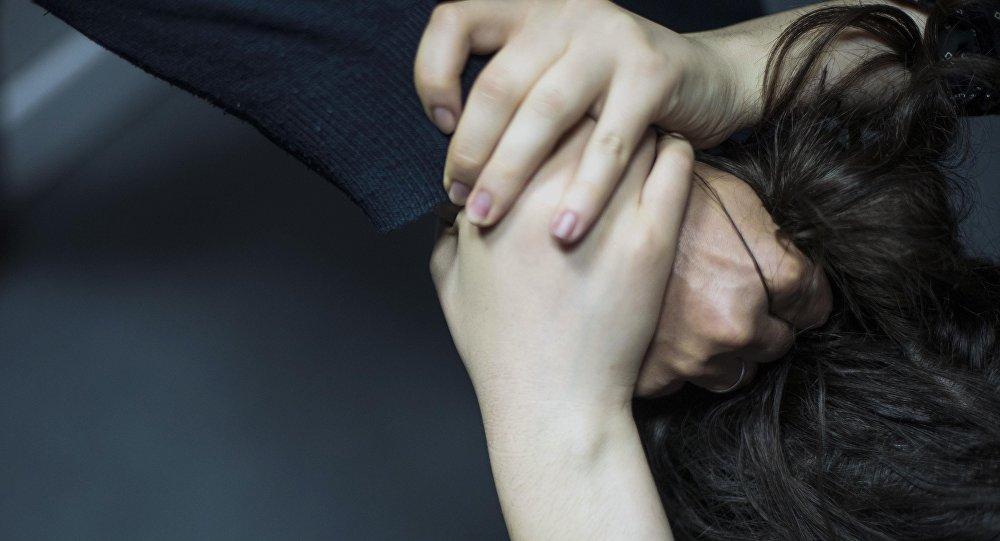 Мужчина схватил за волосы девушки, она сопротивляется. Архивное фото