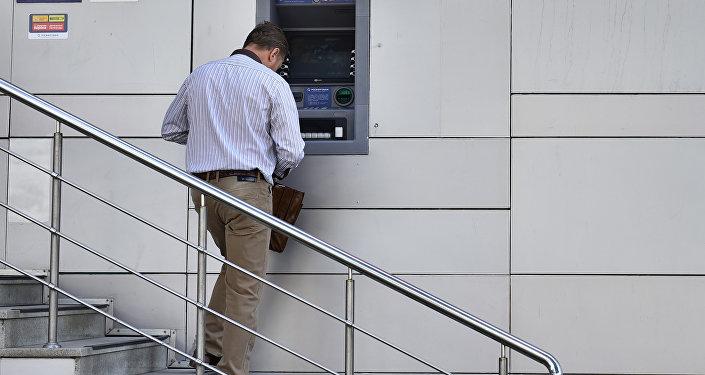 Мужчина у банкомата. Архивное фото
